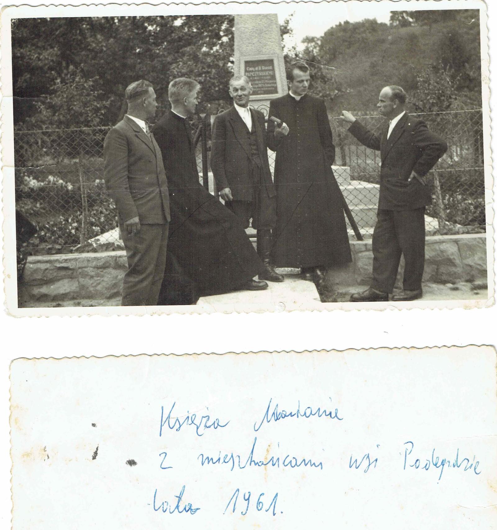 Zdjęcie przy pomniku św. Stanisława Papczyńskiego