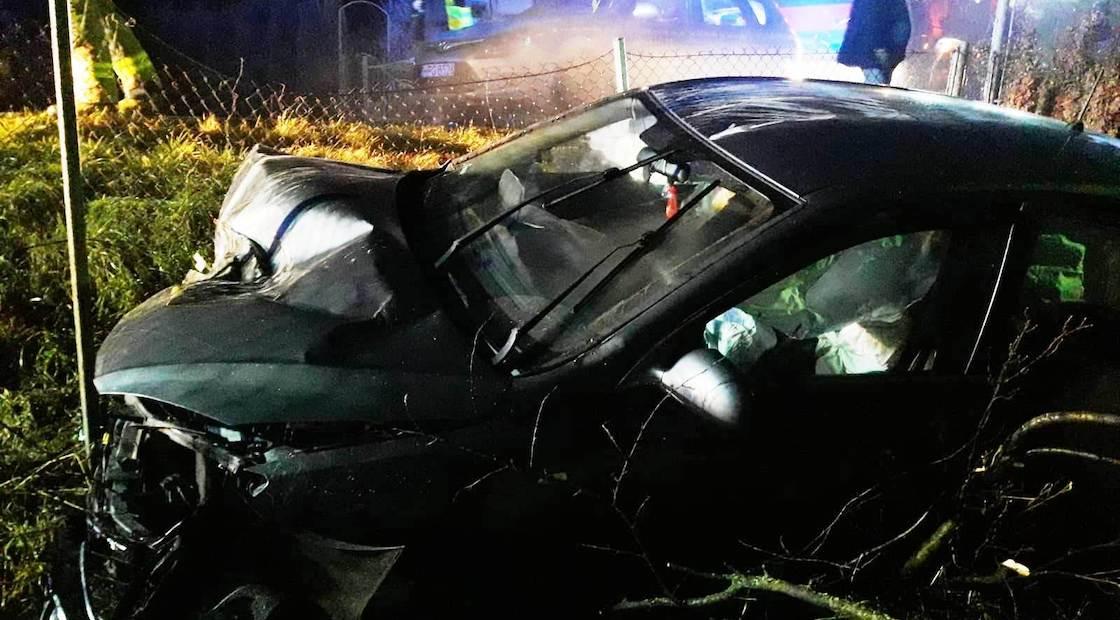 Naszacowice - samochód osobowy wypadł z drogi. Jedna osoba w szpitalu